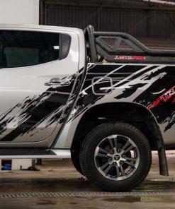 Dán tem sườn oto bán tải Mitsubishi Triton